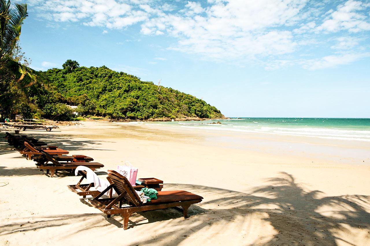 Tällä hetkellä Thaimaan rannoilla ei ole aurinkotuoleja, baareja eikä muuta kaupallista toimintaa. Lue lisää kohdekuvauksesta.