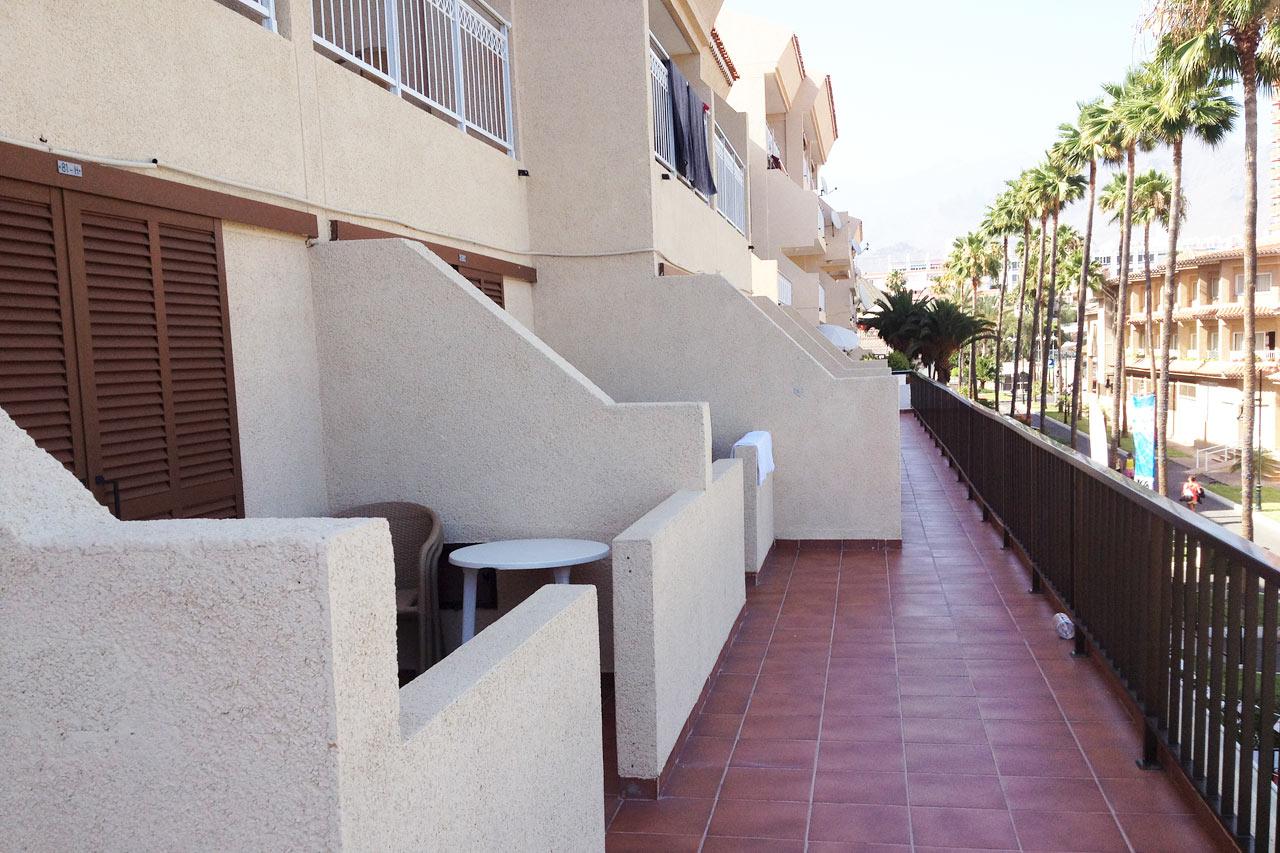 Terassillinen kaksio sijaitsee käytävällä, jota pitkin myös muut hotellivieraat kulkevat